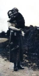 mini2-6283224barthes-et-sa-mere-bayonne-1923-c-imec-jpg