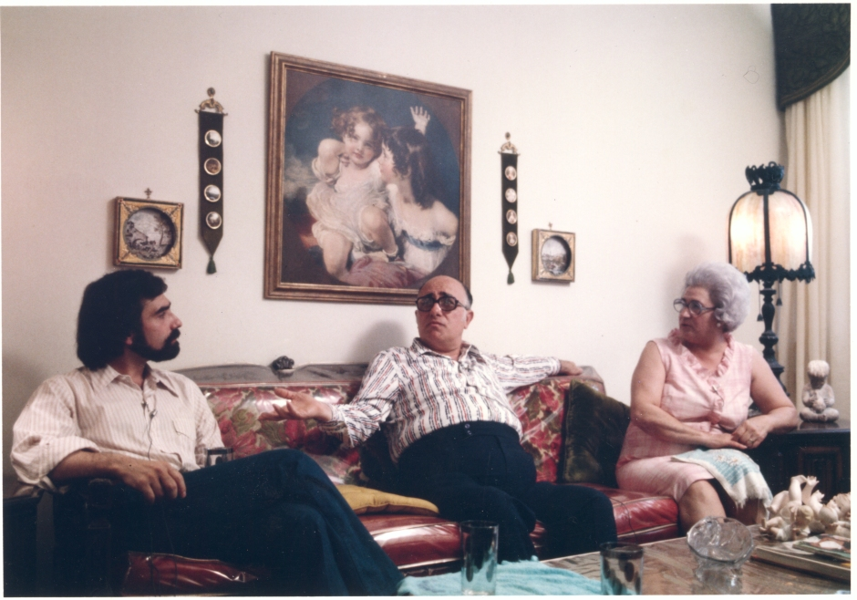 Martin Scorsese avec ses parents Charles et Catherine Scorsese, Italianamerican, 1974. Martin Scorsese Collection, New York.