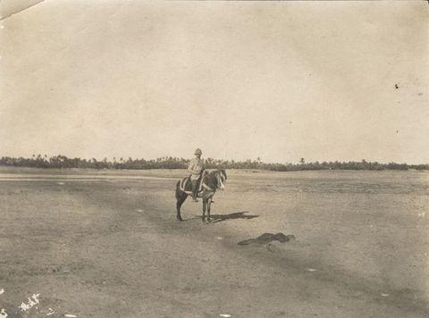 Gaston Chérau derrière un cadavre aux confins de l oasis de Tripoli © Collection privée;maxh=356,maxw=480,h=475,w=640