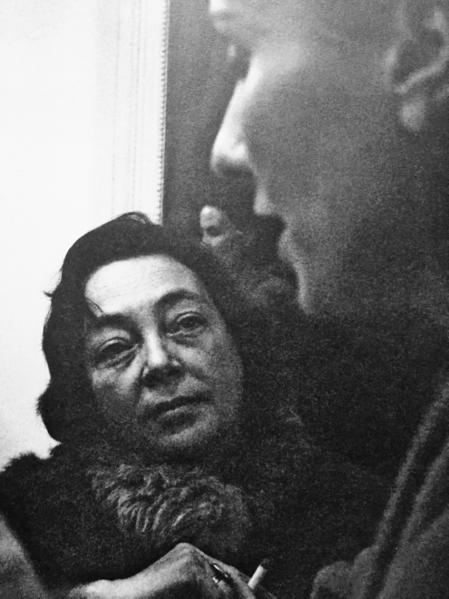 Marguerite Duras et Loleh Bellon dans la loge de la comédienne durant les répétitions de La Bête dans la jungle, 1962.