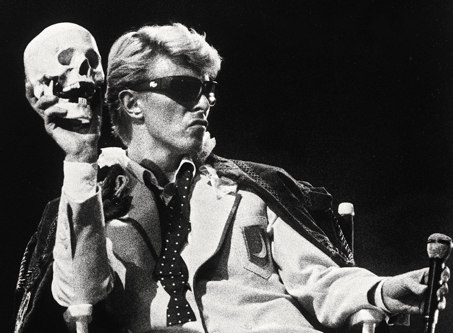 « Alas, poor Yorick ! Where are your gibes now, your gambols, your songs, that were wont to set the world on a roar ? » — Bowie e(s)t Yorick.