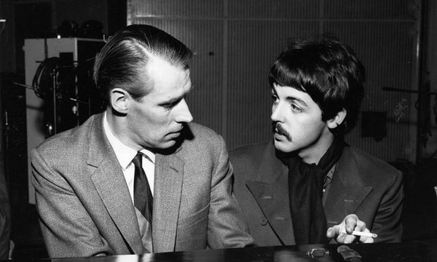 George Martin et Paul McCartney dans les studios d'Abbey Road en 1966, photo David Graves Rex / Shutterstock