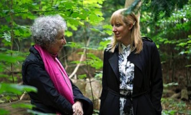 Margaret Atwood et Katie Paterson sur le lieu de la plantation, photo Bjørvika Utviklingay