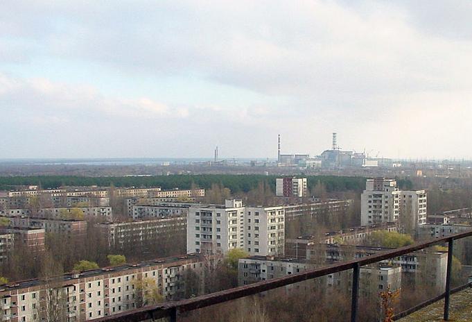 La centrale de Tchernobyl depuis la ville de Pripiat