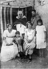 La famille de Kateb Yacine (le petit enfant)