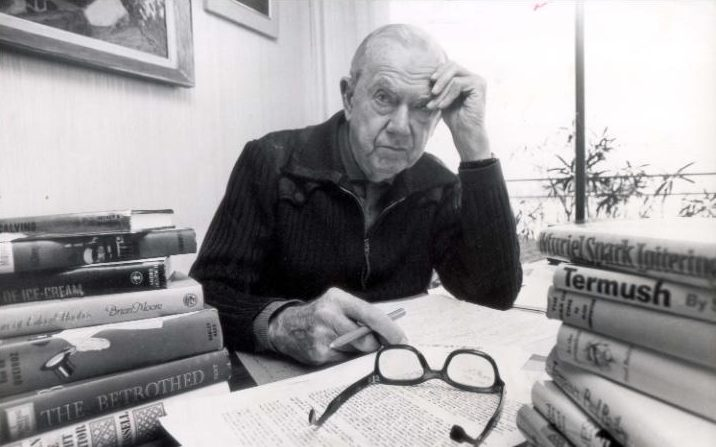 Graham Greene dans son appartement d'Antibes, en 1968, photo Rex Features