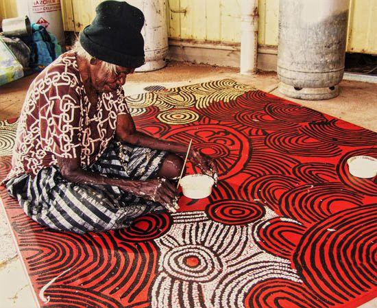 Nancy Ross Nungurrayi en train de peindre (DR)