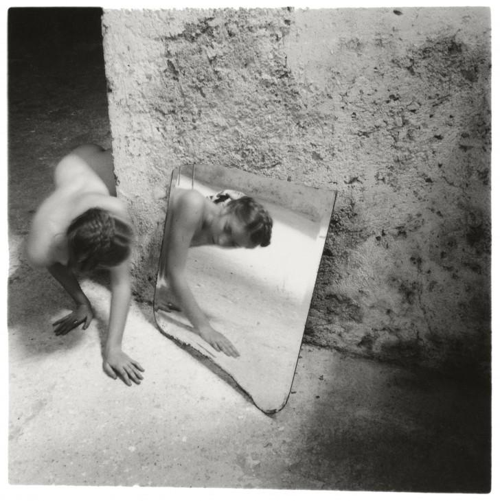 Francesca Woodman, Self-deceit #1, Rome, Italie, 1978 © George and Betty Woodman