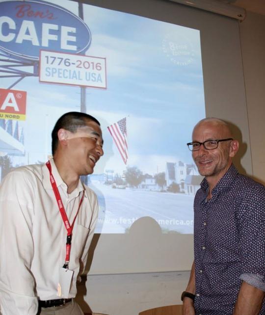 Ken Liu (à gauche) mimant pour Dominique Bry une discussion animée avec David Treuer, festival América 2016