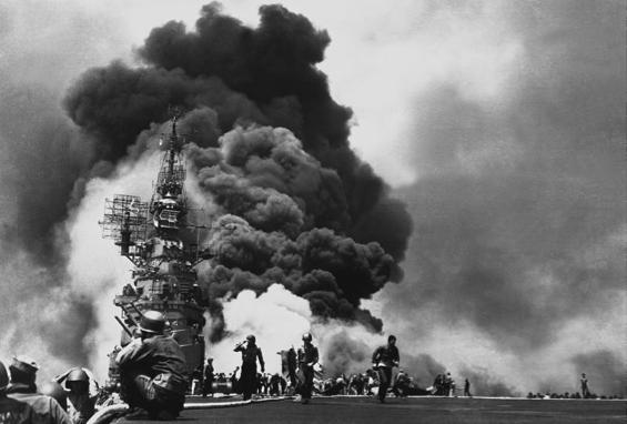 USS Bunker Hill détruit par une attaque kamikaze (1945)