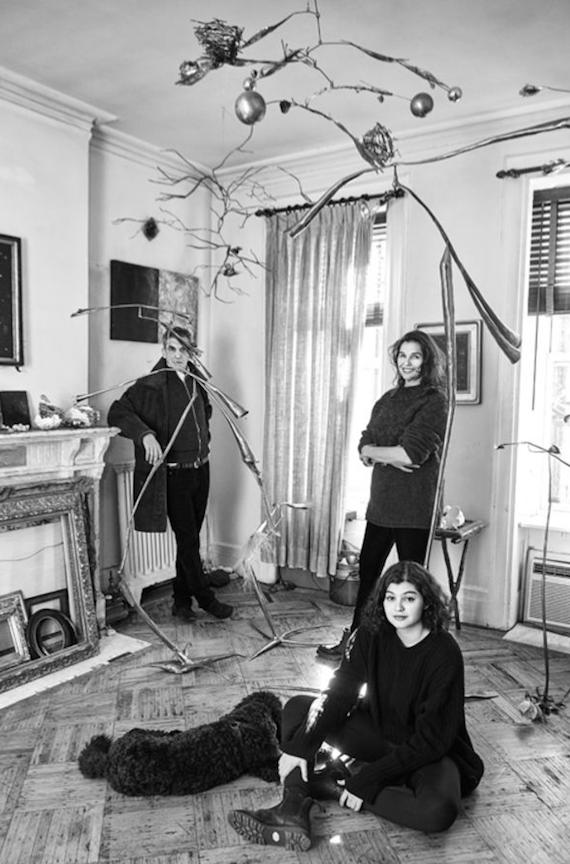 Nicolaia et ses parents, Michael Rips et Sheila Berger, dans leur salon, sculptures de Sheila Berger
